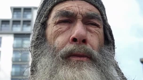 trauriger alter verlassener Mann