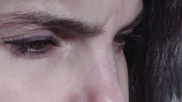 Detailní záběry na oči smutné ženy