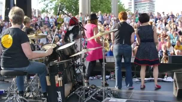 Kapela na pódiu - koncert - Bristol přístav Festival 2015