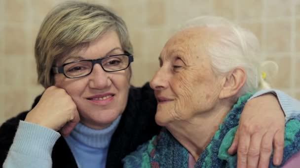 Rodinná láska: staré babičce líbat její dcera