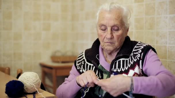 velmi stará dáma dělá nějakou domácí práci: úplet, vlny, staré, ve věku,