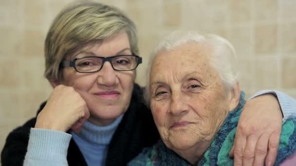 a dcera matku obejmout: starý, staré, věku, sám, dva, ženy