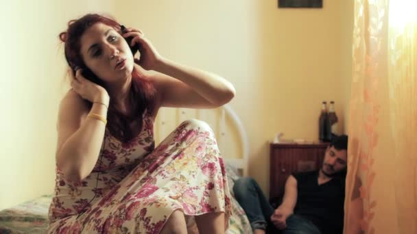 Frau mit Mann nach Drogenkonsum