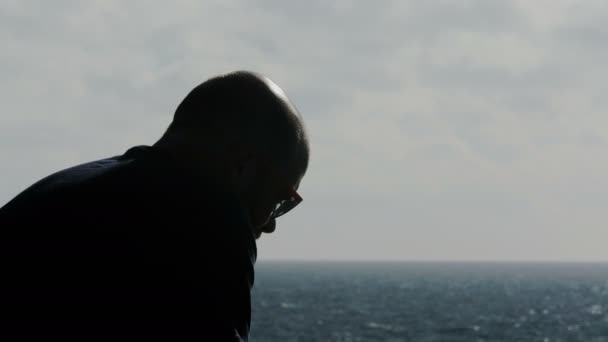 depresivní mladík myslí na otce mrtvého moře