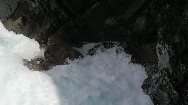 silná vlna roztříštila na skalách, síla moře