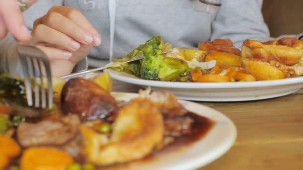 Sunday roast - typické sejdou v anglické restauraci. Meet a brambor