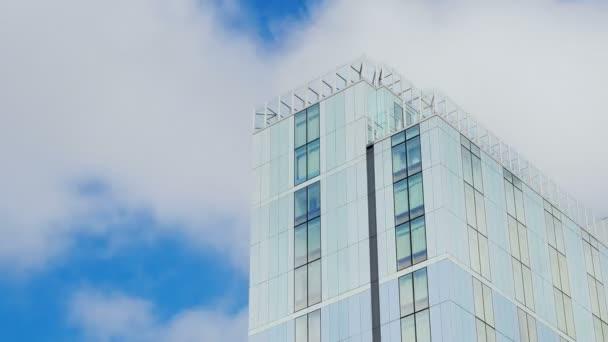 mraky obuvi Speedcross na sklo mrakodrap