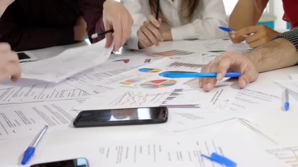 úspěch, kariéra-mladí kolegové studují společně prezentaci projektu