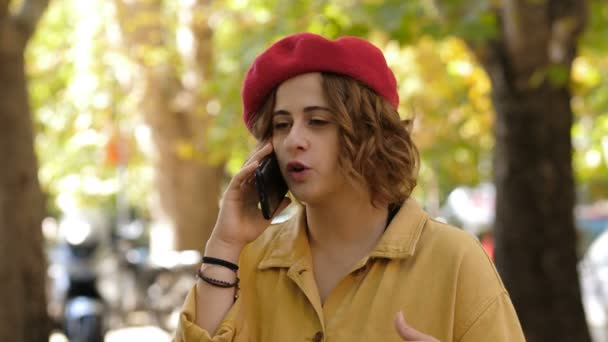 Globalisierung, Technologie - junge Frau telefoniert lebhaft