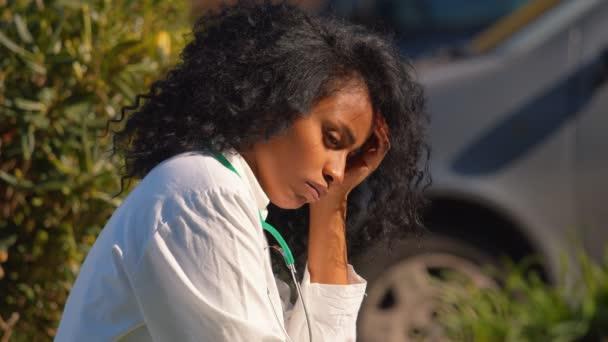 Pandemie - gestresster Hispanischer Arzt seufzt beim Gedanken an den kognitiven Notfall