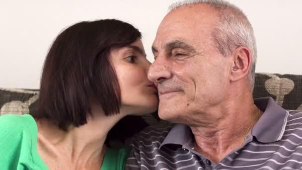 Padre felice e figlia che abbraccia, che guarda lobbiettivo