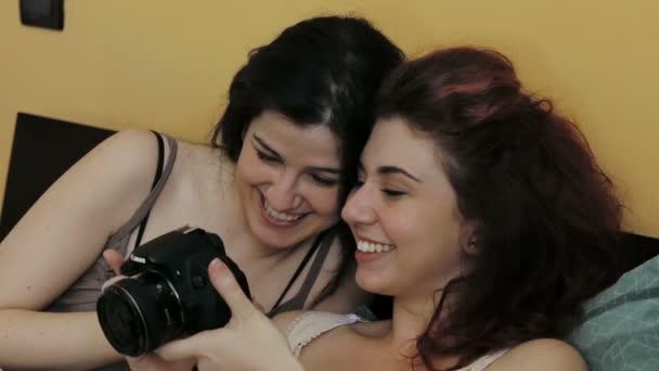 két szexi lányok látszó fénykép elvett-val önkéntelen fényképezőgép az ágyban