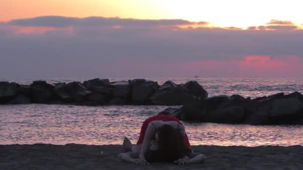 nádherný pár vleže a líbání na pláži