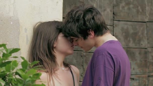 pár szerelmes csók, szerető, szenvedély, gyengédség