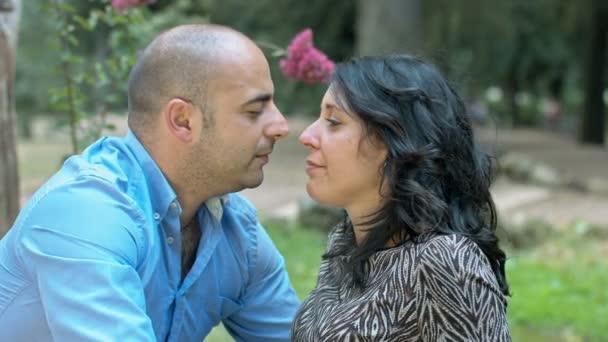 Nabídka pár líbá v parku: dva zamilování