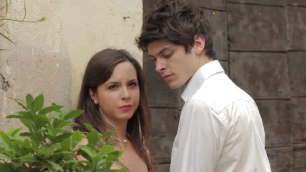 egy fiatal pár csókolózás hirtelen egy sikátorban a város