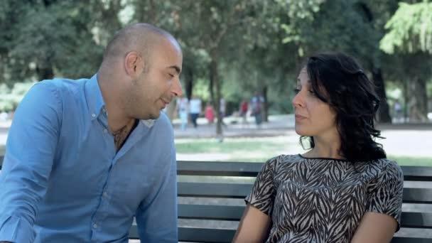 Couple de tomber amoureux et qui sillonnent le jeu de l amour sur le banc dans un parc vid o - Faire l amour sur un banc ...