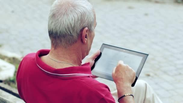 Alter Mann mit Tablet PC