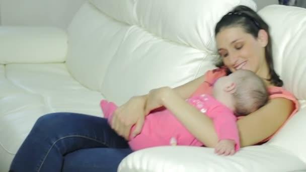 Matka si hraje s dítětem