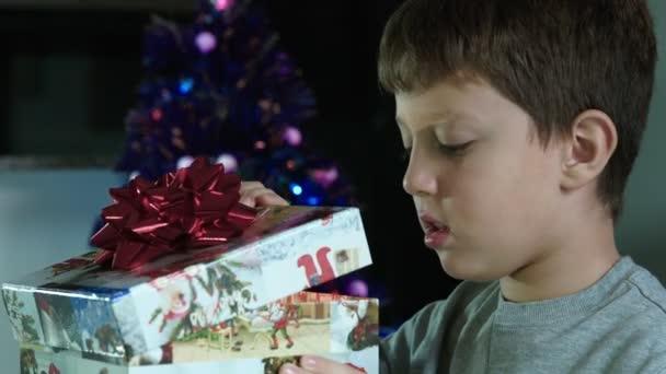 Weihnachtsüberraschung: Kind öffnet ein Geschenk in einer Box