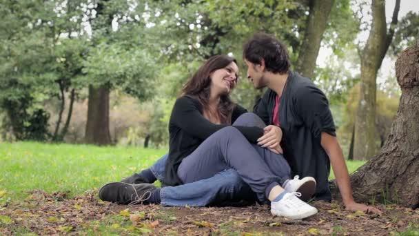 Portré fiatal szerető pár csók. Sunny őszi nap
