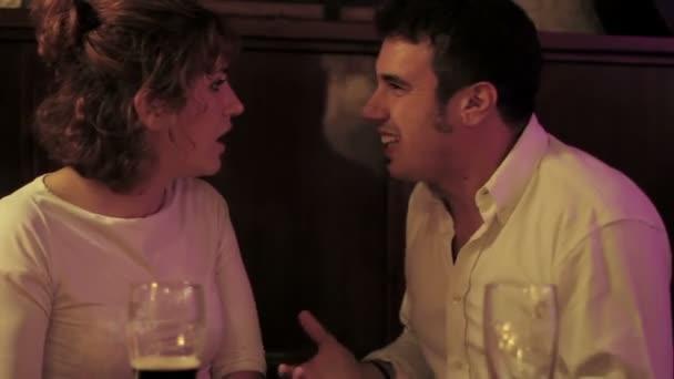 Rozzlobený mladá žena facku přítel s ní ruku v hospodě