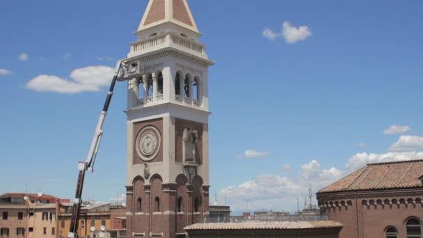 zedník na boom výtah na zvonice kostela - jeřáb - pracovník