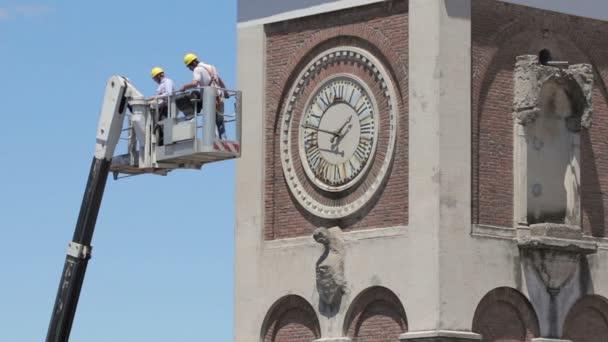 zedníky na boom výtah na zvonice kostela - jeřáb - pracovník