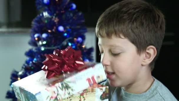 Aufgeregtes kleines Kind öffnet Weihnachtsgeschenk in Schachtel