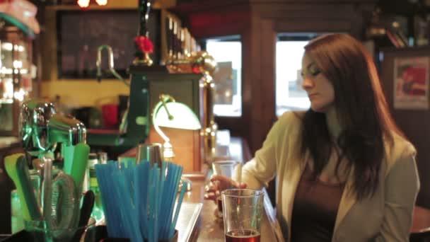 gyönyörű nő italok a sör a bárban - dolly