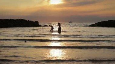 Beau couple s 39 allonger et baiser sur la plage vid o videodream 98659940 - Coucher avec une fille en couple ...