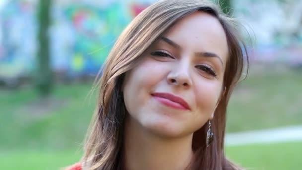 szép, mosolygós nő közelről