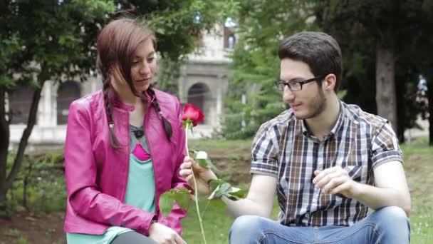 plachý muž dává červenou růži na krásná žena - láska - milenec fond - polibek
