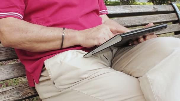 Freundlich, gut aussehend Greis mit Tablet PC