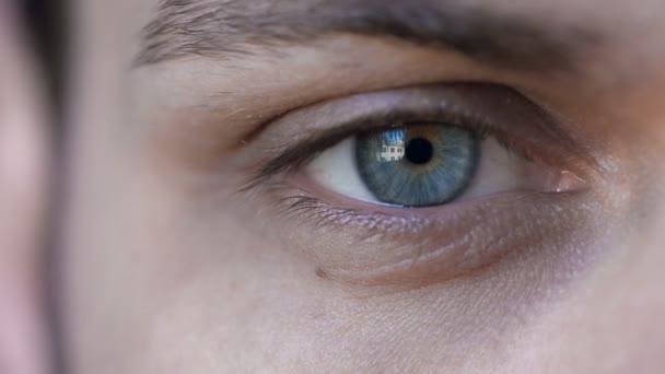 intenzivní pohled: modré oko v makro 4k záběry pohledný mladík