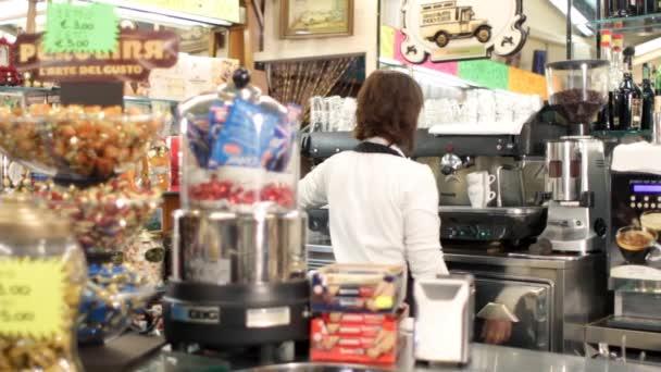 Takže kávu espresso v baru s profesionální stroj