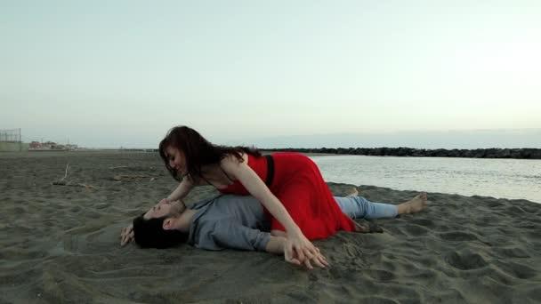 Junge attraktive Paar in liebe küssen am Strand am Abend