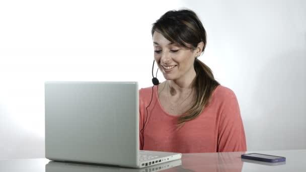 ženy v práci v call centru: operátor pracující s počítačem a sluchátka s mikrofonem