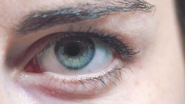 egy fiatal nő szeme