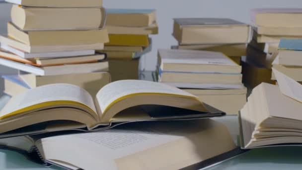 Skládané knihy na stole: sledování snímku