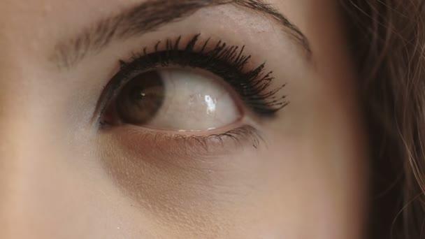 ženské oko se pohybuje