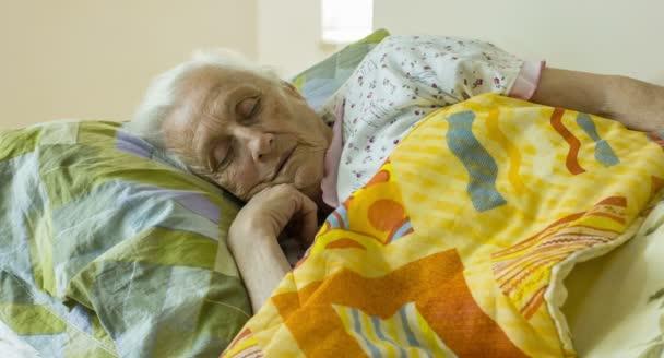 Stará žena se probudí až v The Morning, stará žena, postel