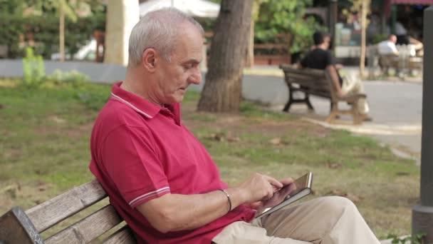 Mann mit Tablet PC