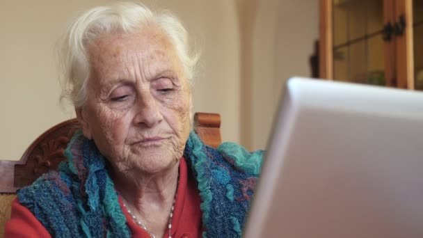 sehr alte Frau mit Laptop-Computer