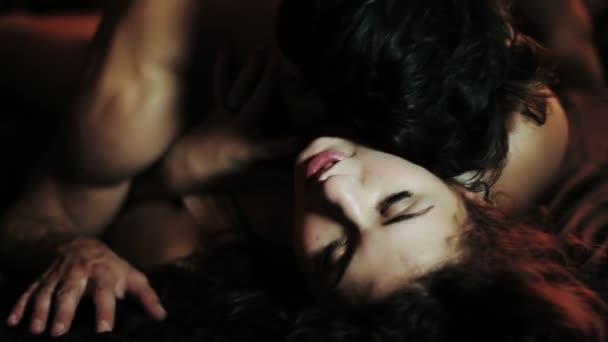 zamilovaný pár líbání v posteli