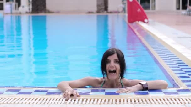 Žena relaxuje v bazénu