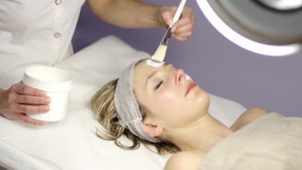 Wellness, schöne Frau macht eine Gesichtsmaske