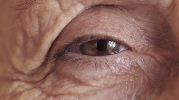 Idős asszony szeme