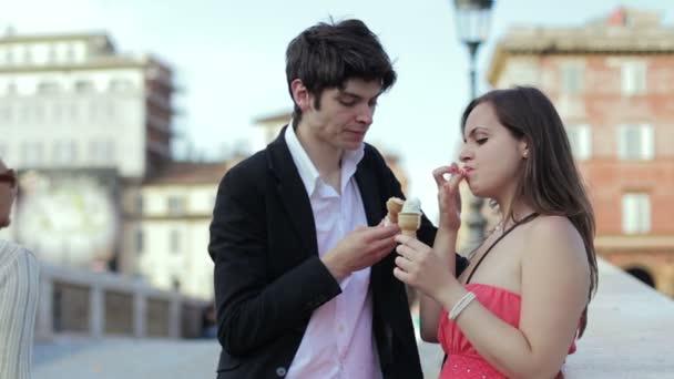 špatný vtip - dívka se šíří kužel zmrzliny tváří v tvář chlapce - smích