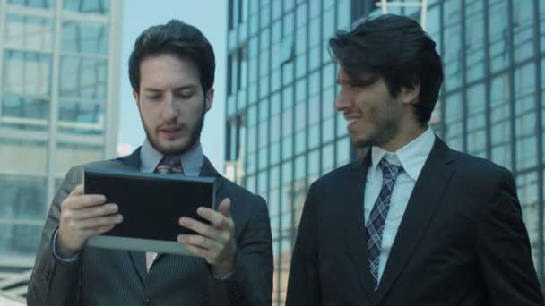 podnikatelé, používající počítač tabletu mimo své sídlo: práce, internet, podnikání